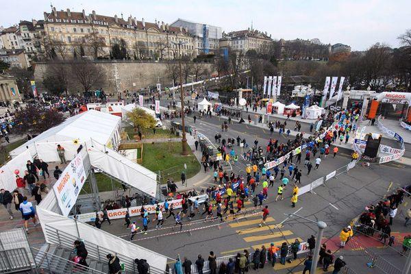 Les participants courent lors de l'Escalade Race (Course de l'Escalade) à Genève, en Suisse, le samedi 3 décembre 2016. Plus de 45 000 participants courent sur la Course de l'Escalade dans la vieille ville de Genève.