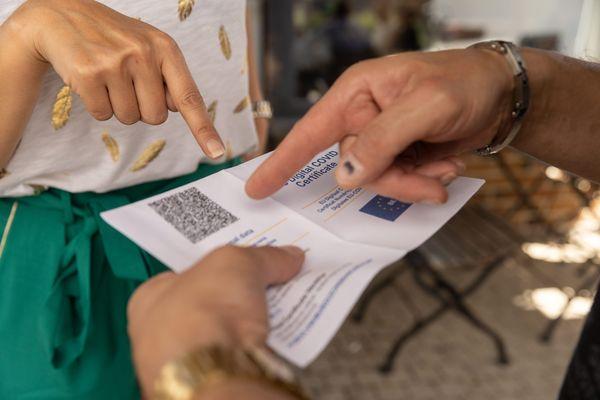 Certains n'hésitent pas à frauder en empruntant le pass sanitaire d'un proche.