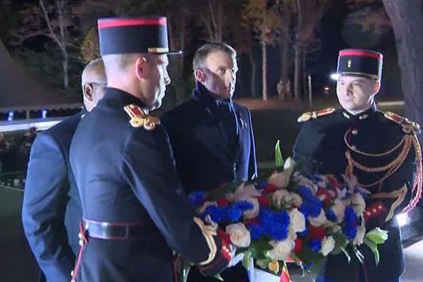 Dépôt d'une gerbe de fleurs au pied du monument des héros de l'Armée noire, Parc de Champagne - Reims