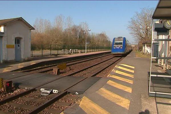 Les voyageurs déplorent le manque de signalisation et de protection au moment de traverser les voies.