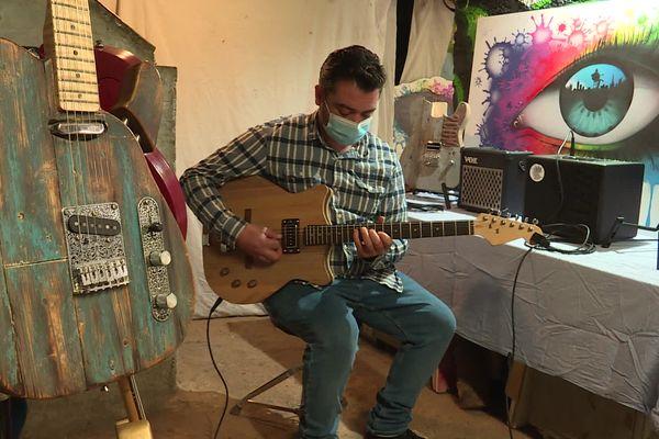 Près de Dieppe, David Delmache et Anthony Lesueur conçoivent et réalisent des guitares à base de matériaux recyclés.