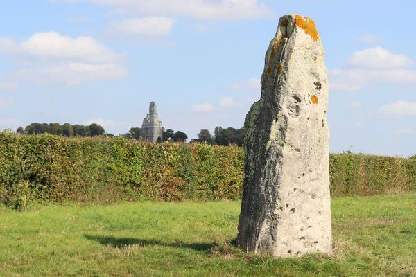 Une des deux Pierres Jumelles, huit tonnes de grès brut datant de 3000 ans avant JC.