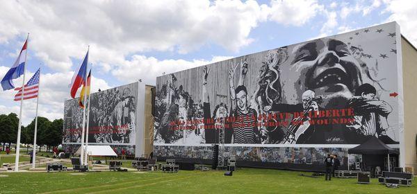 La façade du Mémorial de Caen le 5 juin 2014 avec la fresque de Jeff Aéro