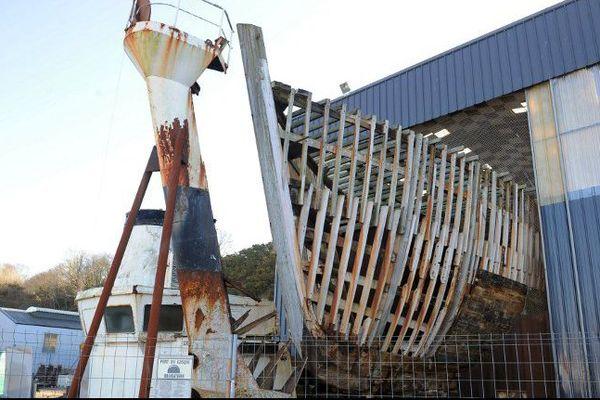 La Calypso (ce qu'il en reste !) dans les hangars de la société Piriou à Concarneau (29).
