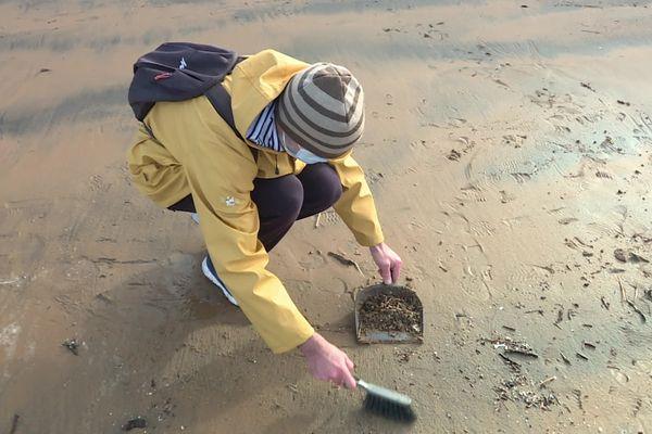 William, balayette et pelle en main, a entrepris de débarrasser le sable de Plonévez-Porzay de ses micro-plastiques.