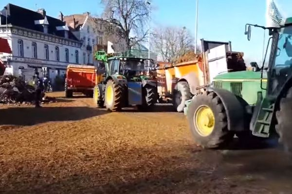 Des dizaines de tracteurs ont envahi le centre-ville, comme ici, place du Barlet.
