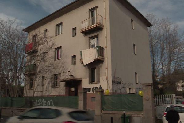Les logements squattés étaient auparavant occupés par des cheminots à Nîmes. Ils doivent être détruits dans le cadre d'un projet de création d'une rocade.