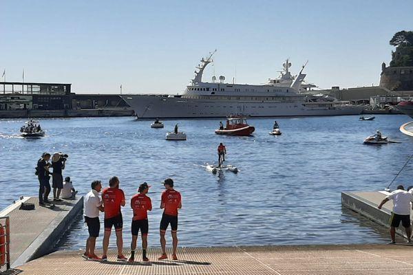 La princesse Charlene arrive à Monaco ce dimanche 13 septembre, peu avant midi. Elle a parcouru 180km à la seule force du pédalage.