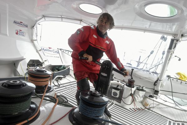 Le skipper toulonnais Sébastien Destremau au bord de l'abandon — Vendée Globe