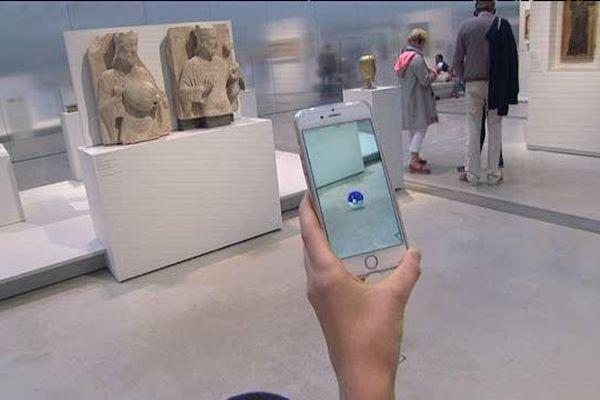 Une chasse aux Pokémon dans la galerie du Temps, au Louvre-Lens.