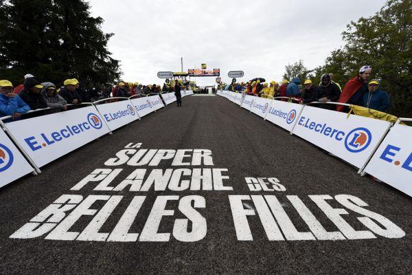 C'est l'arrivée que tout amateur de cyclisme aimerait atteindre un jour, celle qui se trouve au bout d'un passage à près de 20% ! Une folie que cette Planche des Belles Filles, et le Tour qui se l'offre pour une cinquième fois en huit ans !