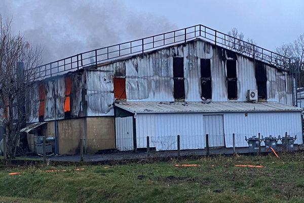 Le bâtiment industriel de 1000m2 a entièrement brûlé.