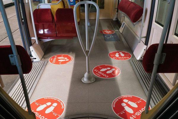 Les marquages au  sol indiquent les distances de sécurité sanitaire à respecter