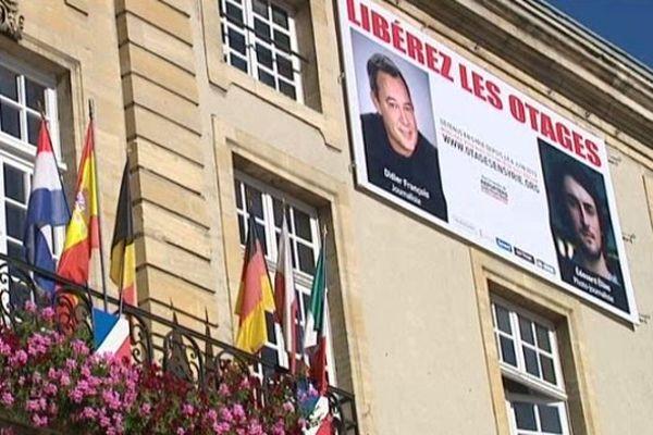 La façade de la mairie affiche depuis ce vendredi 6 juin 2013 les visages de Didier François et d'Edouard Elias.