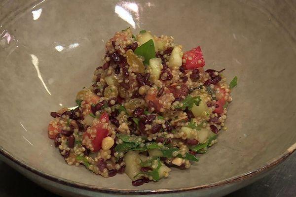 Le quinoa est riche en fibres et contient des acides aminés essentiels.