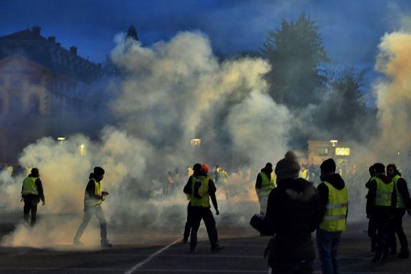 """Trois personnes suspectées d'avoir participé à l'incendie de la préfecture de Haute-Loire, en marge d'une manifestation de """"gilets jaunes"""" le 1er décembre, ont été mises en examen. Les suspects sont âgés de de 15 à 21 ans."""