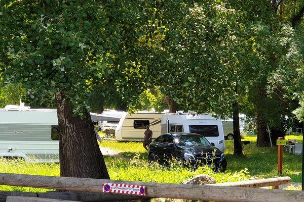 Samedi 12 juin 2021 : le stationnement est interdit dans le parc départemental des Rives du Loup, un terrain classé Natura 2000.