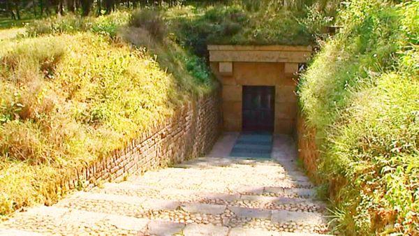 Trop fragile et précieuse, la grotte originelle a été interdite au public depuis 1963 et remplacée par deux fac-similés dont le dernier, Lascaux IV, est extrêmement fidèle à l'original.