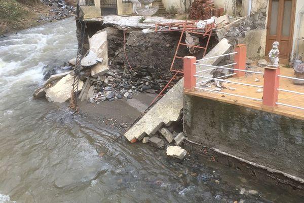 Entre Gincla et Montfort-sur-Boulzane, dans l'Aude la route a été complètement dévastée par la tempête Gloria - 5 février 2020