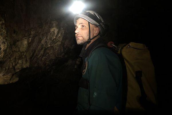 Christian Clot explorateur et chercheur développe depuis 20 ans une vision pluridisciplinaire sur nos capacités d'adaptation au monde. Il a imaginé et mène l'expédition Deep Time dans la grotte de Lombrives en Ariège en mars 2021.