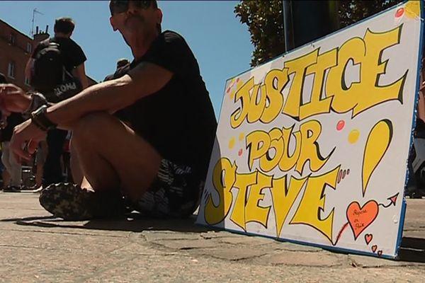 """""""Justice pour Steve"""" parmi les pancartes des manifestants pour ce 38e samedi de mobilisation jaune dans la Ville rose."""