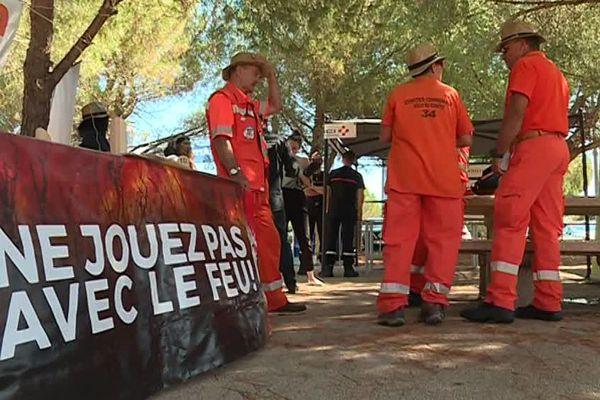 Les membres de l'entente pour la forêt méditerranéenne font la tournée des aires de repos pour sensibiliser et prévenir les automobilistes et leurs proches sur les risques du feu.