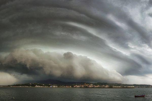 L'un des clichés de 2015 que Stéphane préfère : un nuage d'orage, un arcus, sur l'Espagne depuis Hendaye
