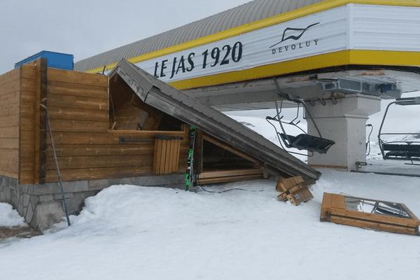 La tempête Eleanor a arraché la toiture de la cabane du télésiège du Jas