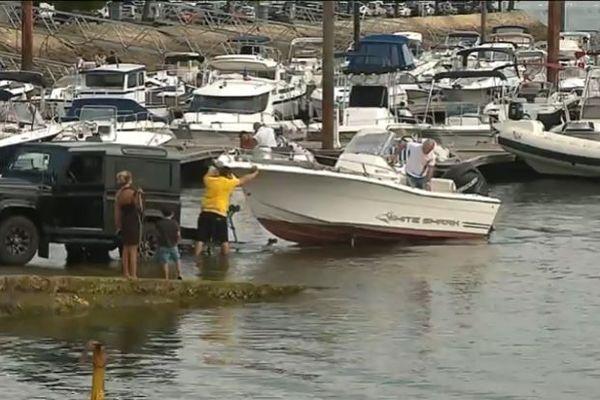 Certains vacanciers ne s'estiment vraiment heureux que lorsqu'ils ont enfin mis à l'eau leur bateau, souvent très peu utilisé pendant le reste de l'année