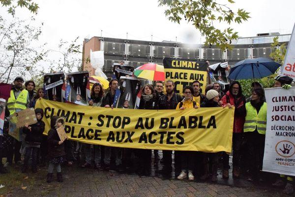 Manifestation de soutien aux décrocheurs du portrait d' Emmanuel Macron devant la cité judiciaire de Nancy le 9 octobre 2019.