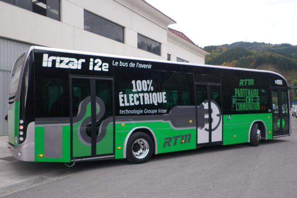 Ce bus électrique se recharge en cinq heures et a une autonomie de 250 kms.