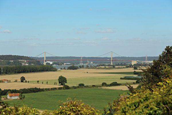 Dans l'Eure, la Pointe de la Roque offrira un point de vue ensoleillé sur le Marais-Vernier et, au second plan, le pont de Tancarville