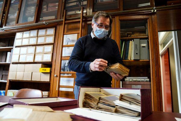 Joël Boustie, enseignant chercheur dans les locaux de la faculté de pharmacie de Rennes, qui abrite une collection de lichen