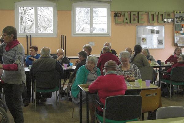 Les seniors se retrouvent autour d'un café pour ne plus subir la solitude