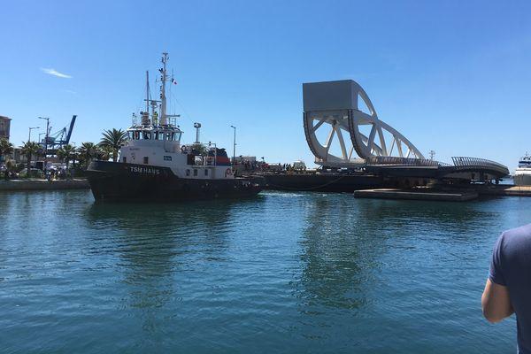 Le nouveau pont Sadi Carnot de Sète traverse les canaux sur sa barge d'acheminement