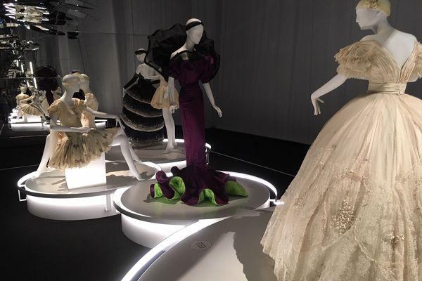La nouvelle exposition du Centre national du costume de scène, de Moulins, dans l'Allier consacrée à la danse a ouvert ses portes vendredi 29 novembre. Elle explore les collaborations entre couturiers et chorégraphes. Une exposition à découvrir jusqu'au 3 mai 2020.