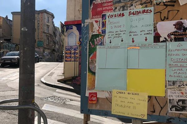 Des panneaux d'entraide ont été installés rue d'Aubagne pour organiser la solidarité avec les sinsitrés.