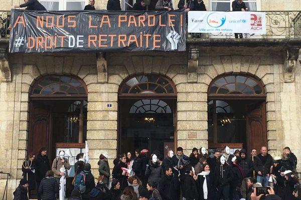 Les opposants à la réforme des retraites ont investi la mairie d'Auch dans le Gers, et ont déployé une banderole sur la façade.