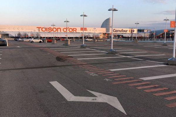 """Le parking de la Toison d'Or vide samedi 17 novembre 2018 en raison du mouvement des """"gilets jaunes"""" à Dijon."""
