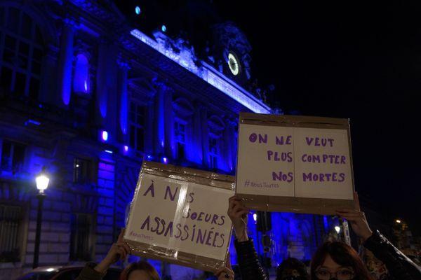A Tours, plus d'une centaine de personnes se sont rassemblées devant l'hôtel de ville dans le cadre de la journée internationale de lutte contre les violences faites aux femmes.