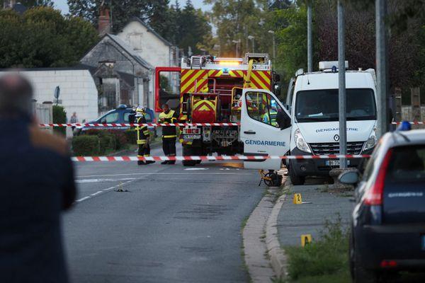 Les gendarmes près de l'endroit où l'ULM s'est écrasé, rue Aristide Briand.