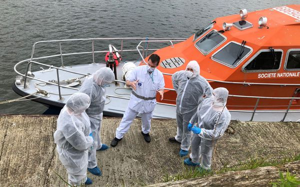 L'équipage de la vedette SNSM de l'île de Groix au moment d'un transfert