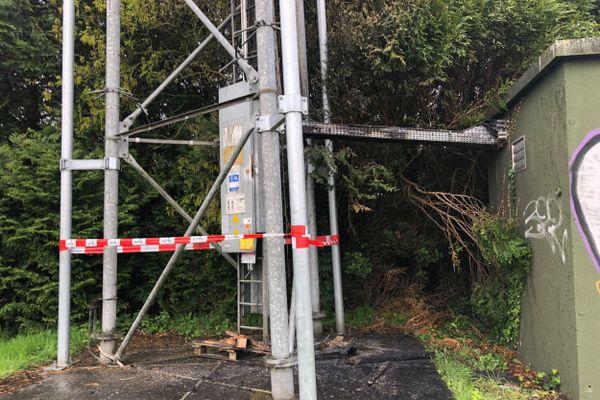 En France, plusieurs actions ont eu lieu contre des antennes relais comme ici le 27 avril 2020 à Plaintel (Côtes d'Armor). L'antenne relais est hors service.
