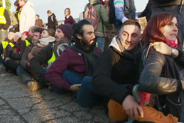 Les militants créent une chaîne humaine devant la plateforme amazon de Montélimar