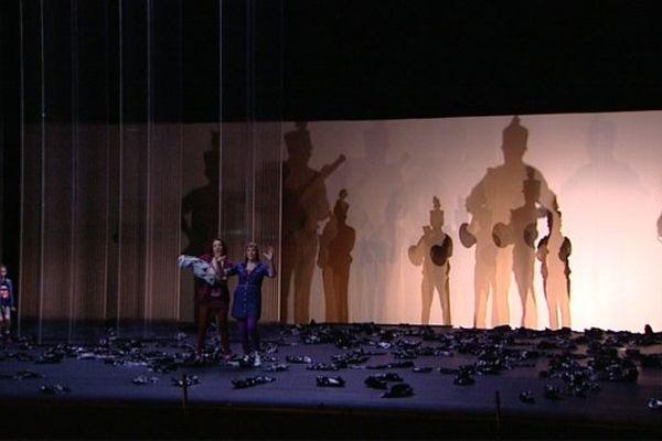 Un scène de théâtre d'ombres de l'opéra Wozzeck d'Alan Berg