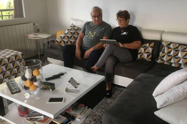 Marie et Bernard se trouvaient dans leur canapé quelques minutes avant que la balle ne traverse leur salon.