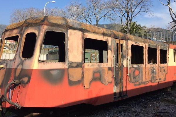 La micheline, un petit autorail, après l'incendie maîtrisé par les pompiers dans la gare de Bastia le 18 mars 2016.