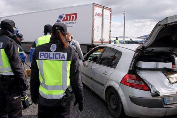 """La """"Policia"""" espagnole contrôle les identités mais aussi les éventuels trafics au Perthus."""
