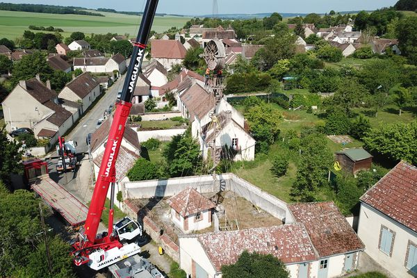 A l'aide d'une grue, il a fallu démonter à 14 mètres de haut le rotor de l'éolienne. Une opération difficile en raison de sa proximité avec les habitations.