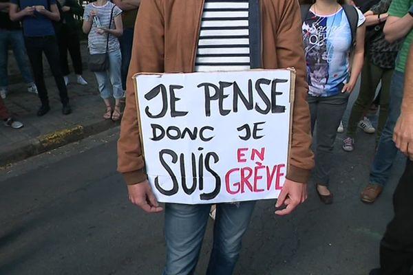 Une pancarte de revendication d'un prof de philo ce mercredi matin devant le rectorat de Lille